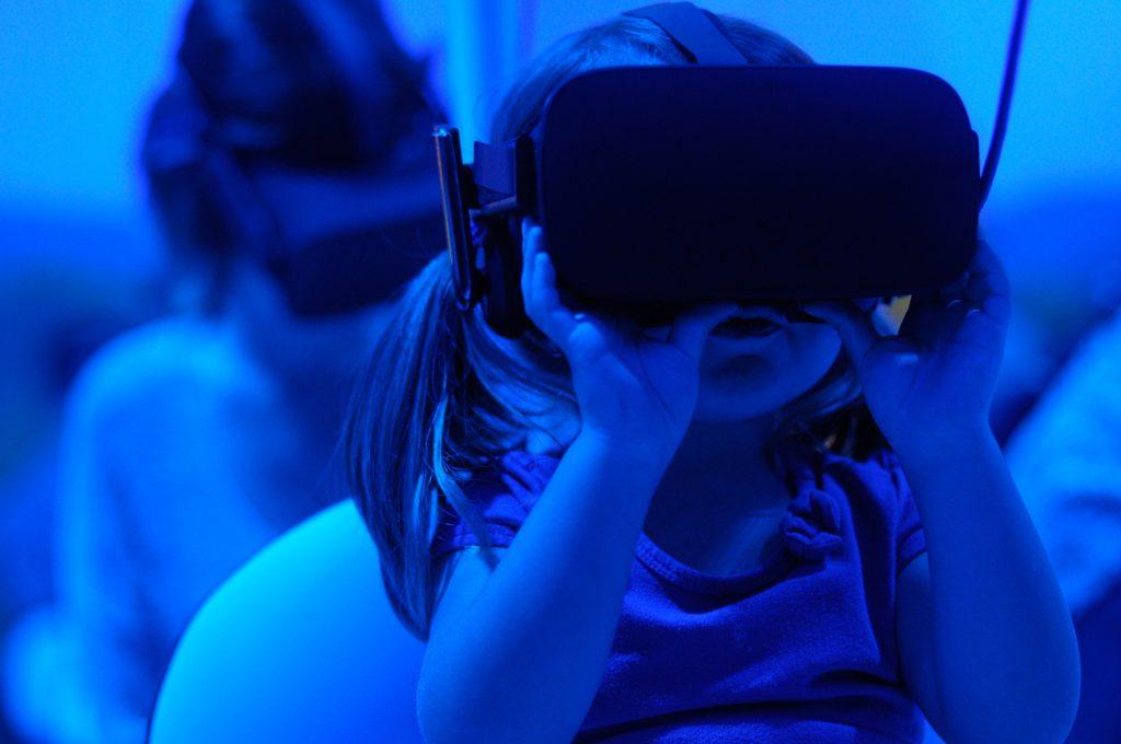 La génération Y n'existe pas : ici une petite fille avec un casque virtuel